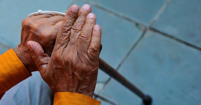 20191001 00 terceira idade velhice maos 768x403 - Reversina: a nova esperança para tratar leucemia em adultos e idosos