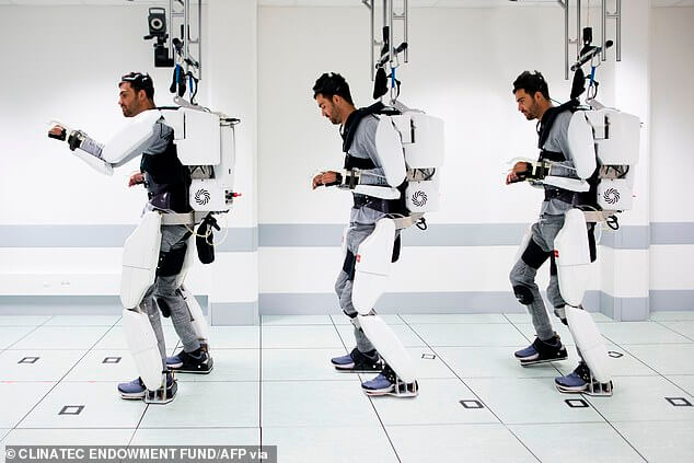 73614090 - Homem tetraplégico consegue andar usando um equipamento controlado pela sua mente