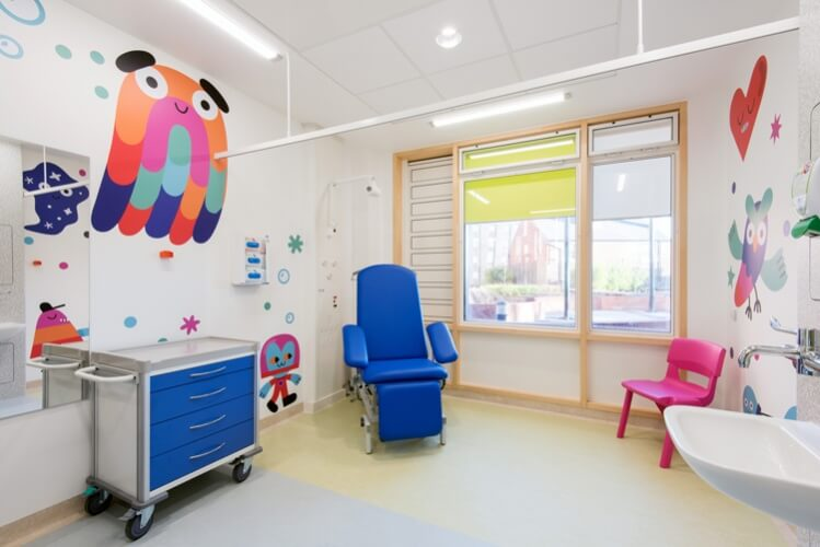 Andy J Miller3 Sheffield Childrens Hospital Photo Jill Tate 749x500 - Preencher hospitais com arte reduz o estresse, a ansiedade e a dor do paciente