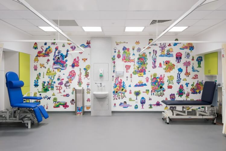 Jon Burgerman1 Sheffield Childrens Hospital Photo Jill Tate 749x500 - Preencher hospitais com arte reduz o estresse, a ansiedade e a dor do paciente