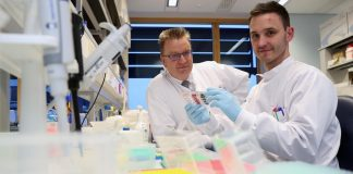 Professor Andrew Sewell with Research Fellow Garry Dolton 324x160 - Início
