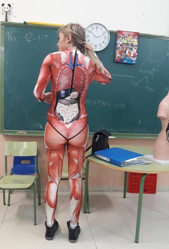 image7 1 697x1024 1 - Professora dá aula de anatomia em um traje de corpo inteiro que mapeia o corpo humano em detalhes nítidos