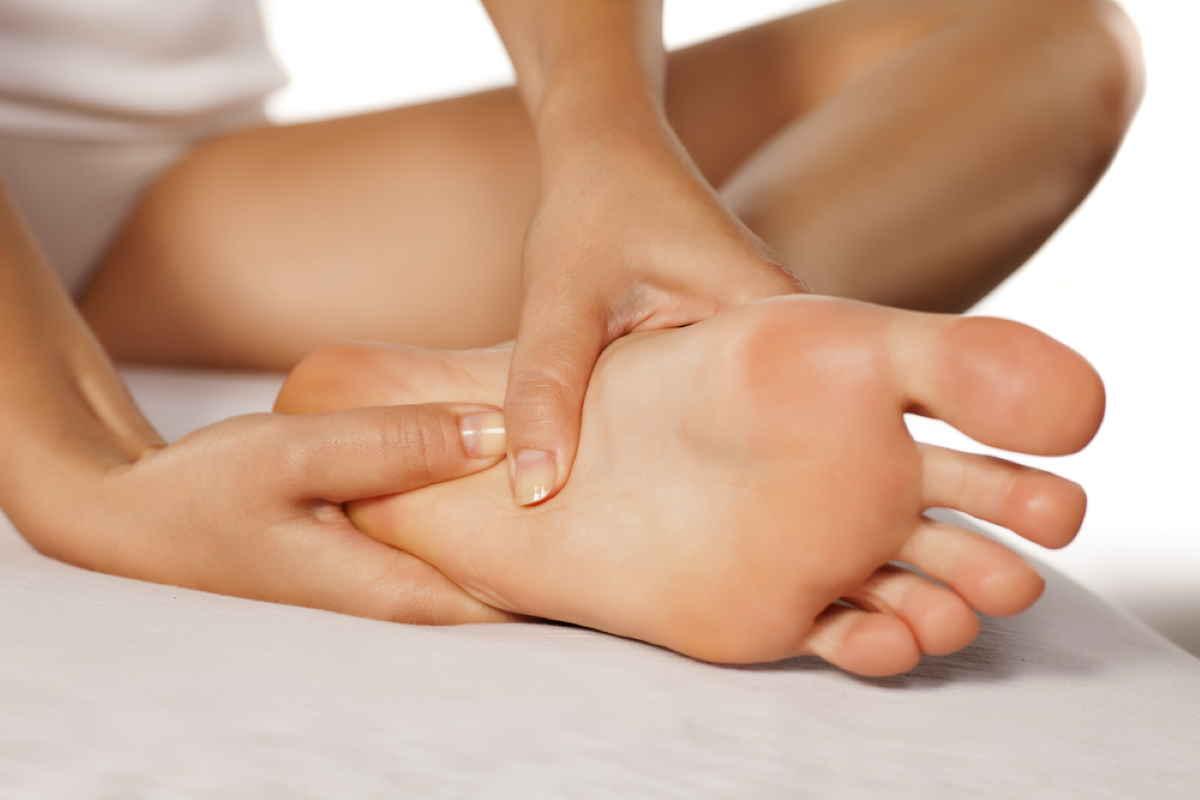 massaggiare piedi - A importância e os benefícios de massagear os pés antes de dormir (e a melhor forma de fazê-lo)