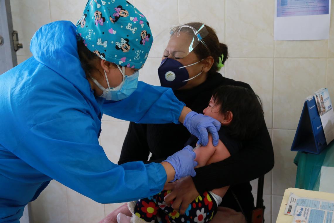 UNI388057 - No Peru, o sol ajuda as vacinas a se refrescarem