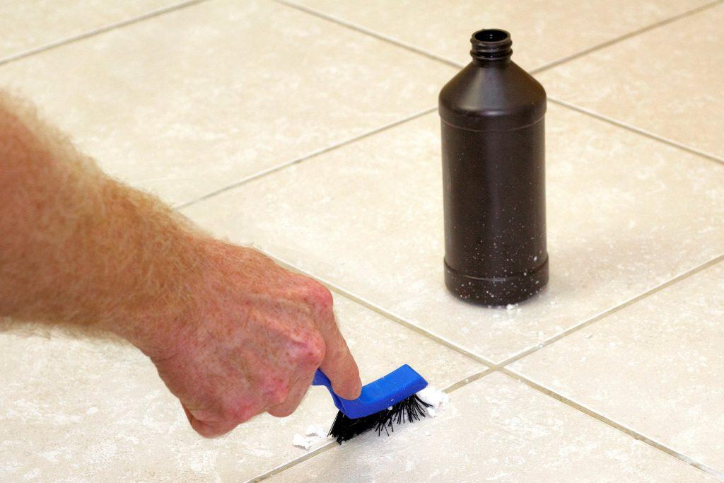 1800ss getty rf scrubbing tile 1024x683 - Limpeza com água sanitária: erros prejudiciais que você pode estar cometendo